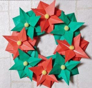 クリスマスオーナメントを折り紙で!とてもおしゃれな立体のポインセチアリース