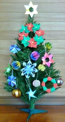 折り紙で手作りしたオーナメントを、クリスマスツリーに飾りてみました♪