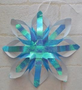 クリスマスオーナメントを折り紙で!おしゃれな雪の結晶の星飾り