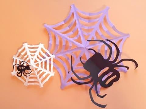 【ハロウィン 折り紙】リースのオーナメントの簡単な作り方(蜘蛛の巣とクモの飾り)