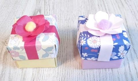 【折り紙】正方形の箱 かわいいふた付きの簡単な作り方(折り紙2枚で作る花飾り付きギフトボックス)
